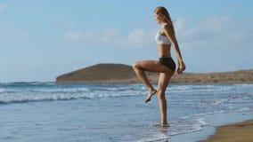 Konditionkvinna som gör utfallövningar för muskler för kärna för utbildning för glute- och benmuskelgenomkörare, jämvikt som, är  stock video