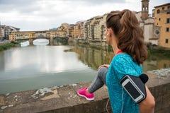 Konditionkvinna som ser på pontevecchio i florence Royaltyfria Bilder