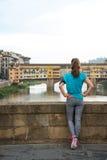 Konditionkvinna som ser på pontevecchio i florence, Italien baksida Royaltyfri Fotografi