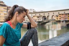 Konditionkvinna som sitter nära pontevecchio i Italien Arkivfoton