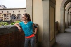Konditionkvinna som står inte långt från pontevecchio i florence, I Royaltyfria Bilder