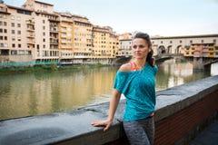 Konditionkvinna som står near pontevecchio Fotografering för Bildbyråer