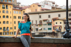 Konditionkvinna som står near pontevecchio i florence, Italien Arkivfoton