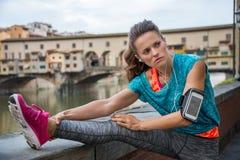 Konditionkvinna som sträcker nära pontevecchio Fotografering för Bildbyråer