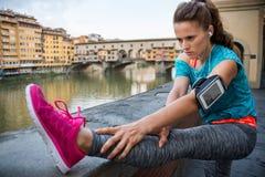Konditionkvinna som sträcker nära pontevecchio i florence, Italien Arkivfoton