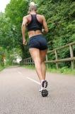 Konditionkvinna som utomhus joggar Arkivbild