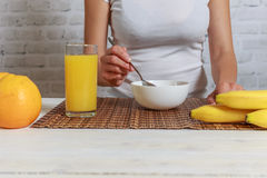 Konditionkvinnan har en frukost royaltyfri bild