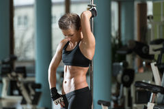 Konditionkvinnor som böjer muskler i en sund klubba Fotografering för Bildbyråer