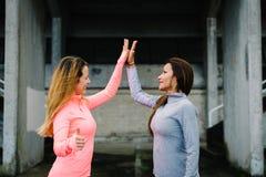 Konditionkvinnor som fiving för motivation- och genomkörareframgång Arkivbilder