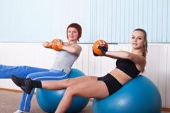 Konditionkvinnor som gör övning med bollen Royaltyfri Fotografi