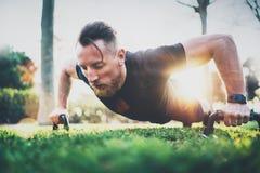 Konditionlivsstilbegrepp Muskulöst öva för idrottsman nen skjuter utanför i soligt parkerar upp Färdig shirtless manlig kondition arkivbild