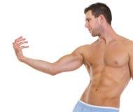 Konditionman med den muskulösa huvuddelen som poserar behagfullt arkivbilder