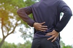 konditionmannen som rymmer hans sportskada, tränga sig in smärtsamt under utbildning royaltyfri bild