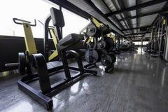 Konditionmaskiner i idrottshallklubba Arkivbilder