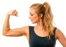 Konditionmodell Flexing Arm Muscles Royaltyfria Bilder