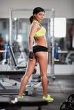 Konditionmodell som poserar i idrottshall Royaltyfria Bilder