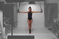 Konditionmodell som poserar i studion Royaltyfri Foto