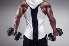 Konditionmodell som poserar tillbaka muskler, triceps, latissimus arkivbild