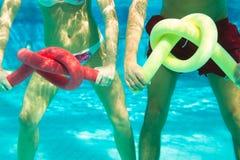 konditionpölsportar som simmar under vatten royaltyfri fotografi