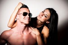 Konditionparet poserar i studio - den färdiga mannen och kvinnan Royaltyfri Foto