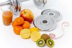 Konditionutrustning och sund mat, äpple, nektariner, kiwi, lem Arkivfoto