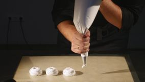 Konditor från injektionssprutan som skjuter mass i pannan för en marshmallowfest close upp Royaltyfri Bild