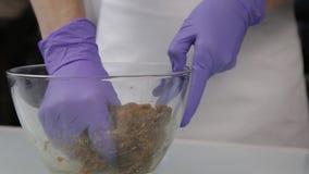 Konditor mischt die Bestandteile für Süßigkeit in einer Glasschüssel Handgemachte Bonbons stock video