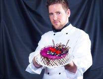 Konditor und ein Kuchen lizenzfreies stockfoto