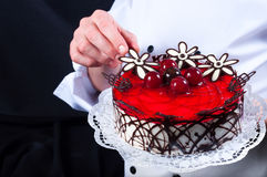 Konditor und ein Kuchen stockfotografie