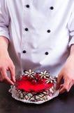 Konditor und ein Kuchen lizenzfreie stockfotografie