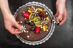 Konditor und seiner Kuchen stockfotografie