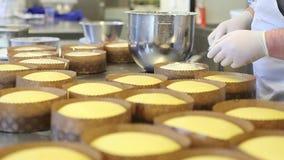 Konditorhänder som strilar sockerpulver på deg för easter sött bröd
