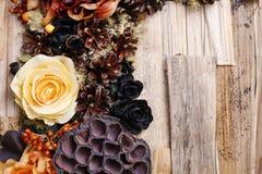 Kondolencje tło, sztuczni kwiaty i jesieni rośliny, Zdjęcia Royalty Free