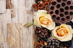 Kondolencje tło, sztuczni kwiaty i jesieni rośliny, Obraz Royalty Free