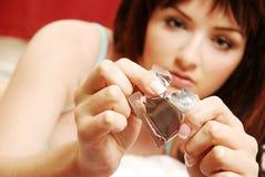 kondomöppningskvinna Royaltyfri Fotografi