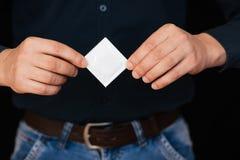 Kondom för det att använda preventivmedel och skydd i manliga händer arkivbild