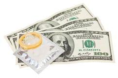 Kondom mit Geld auf Weiß Lizenzfreies Stockfoto