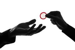 kondoma para daje ręk mężczyzna kobiety Obrazy Royalty Free