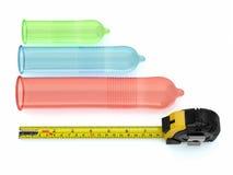 Kondomar av olika format och roulett. 3d Arkivfoto