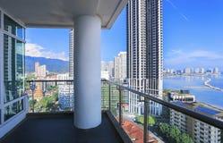 Kondominium balkon z dennym widokiem od drapacza chmur budynku - pióro Obrazy Stock
