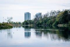 Kondominium Highrises und Grenadier Pond, am hohen Park, in Toron Lizenzfreie Stockbilder