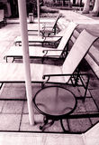 Kondominium Poolsidemöbel im Monochrom Stockfotos