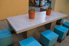 Kondominium stwarza ognisko domowe plenerowego placu patia stół i krzesła Obraz Stock