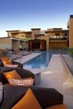 Kondominium stwarza ognisko domowe plenerowego placu patio, basenu i Obrazy Royalty Free