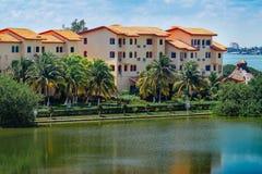 kondominium Wohnungen, die den See übersehen Stockbild
