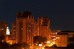 Kondygnacja domy w światłach w wieczór obraz royalty free