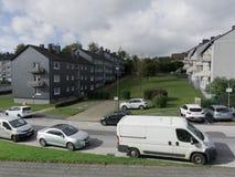 Kondygnacja domy w małym Europejskim mieście z parking obrazy royalty free