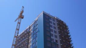 Kondygnacji domowy w budowie obok budowa żurawia zdjęcie wideo