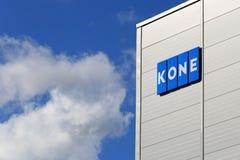 KONE-de Bouw met Signage en Blauwe Hemelwolken Stock Afbeelding