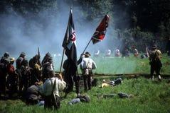 Konfederat salwy ogień na posuwanie Zrzeszeniowych żołnierzach, obraz stock
